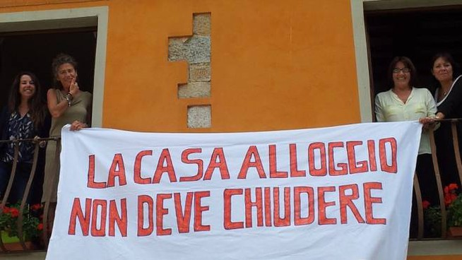 Lo striscione esposto ieri mattina al Santa Chiara