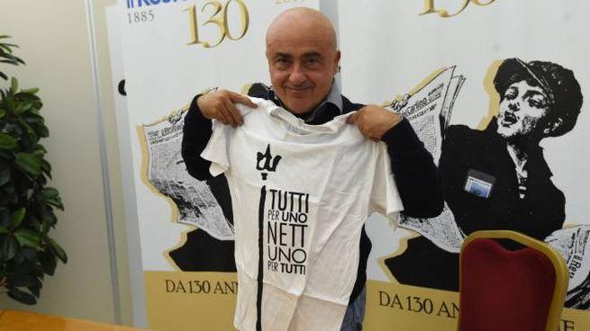 Paolo Cevoli posa con la maglietta dedicata al Nettuno (FotoSchicchi)