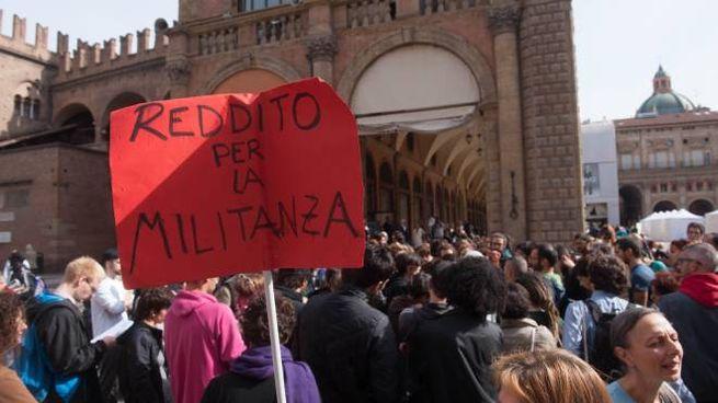'Atlantide' manifesta in piazza Maggiore dopo lo sgombero (Schicchi)
