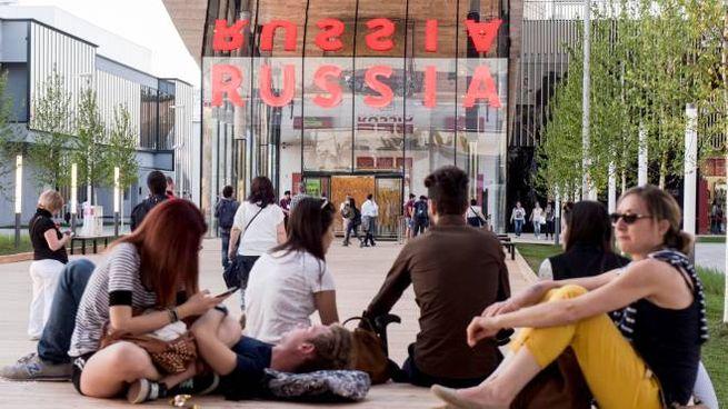 La piazza del padiglione della Russia con la facciata specchiata che è soggetto di molte fotografie dei turisti (Newpress)