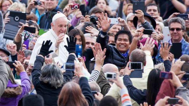 Papa Francesco in mezzo alla gente (Lapresse)