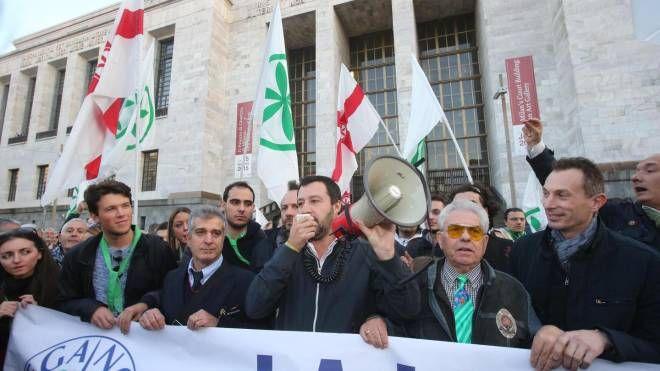 Il leader della Lega Nord, Matteo Salvini, davanti al tribunale di Milano