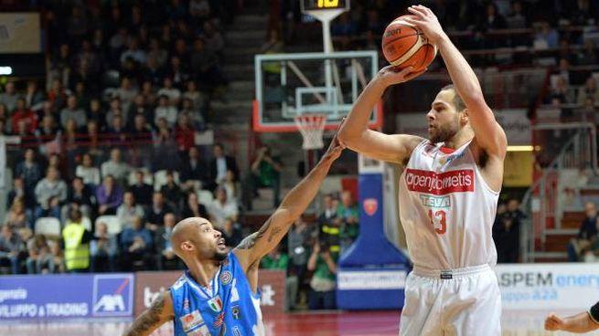 Un momento della partita fra Varese e Sassari