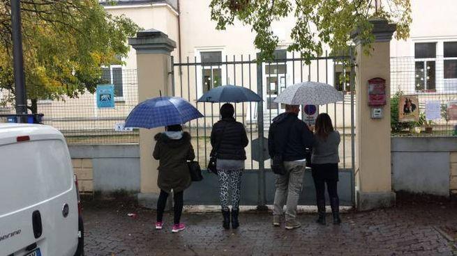 TIMORE Un gruppo di mamme (con un papà) davanti all'ingresso della scuola. Hanno parlato ma non vogliono farsi riconoscere