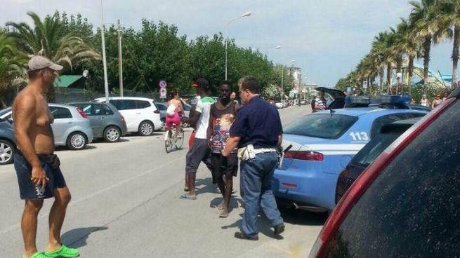 Rivolta dei vu cumprà al Lido di Fermo (foto Colibazzi)