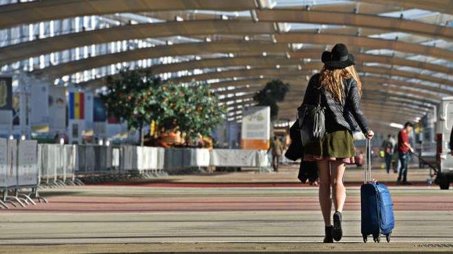 Iniziati i lavori di smantellamento a Expo, una ragazza solitaria con il trolley