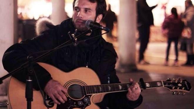 Michele Lupo in arte BuskerWolf: sabato è stato multato  per 400 euro mentre suonava in piazza. La multa non è stata cancellata