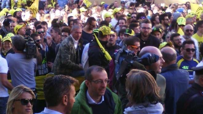 Al centro, in primo piano, il sindaco di Pesaro, Matteo Ricci, a Tavullia per seguire la gara di Rossi