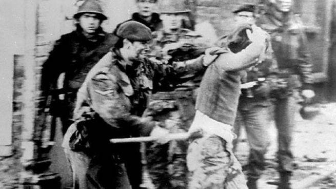 Una foto del Bloody Sunday a Derry nel 1972: un parà britannico contro manifestante (Ansa)