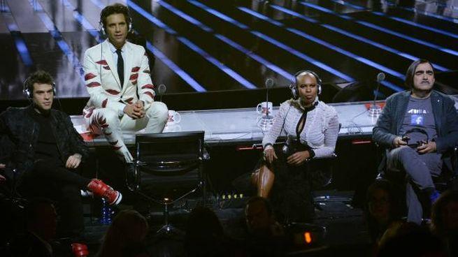 """Mika, nome d'arte di Michael Holbrook Penniman Junior, 32 anni. Sotto, il cantautore libanese naturalizzato britannico giudice a X Factor e sulla copertina di """"No Place in Heaven"""""""