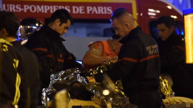 Parigi, soccorsi ai feriti al teatro Bataclan (foto Afp)