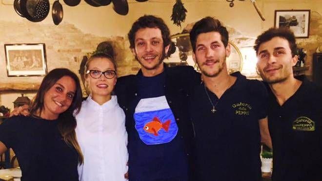 Valentino Rossi con lo staff dell'Osteria della Peppa a Fano
