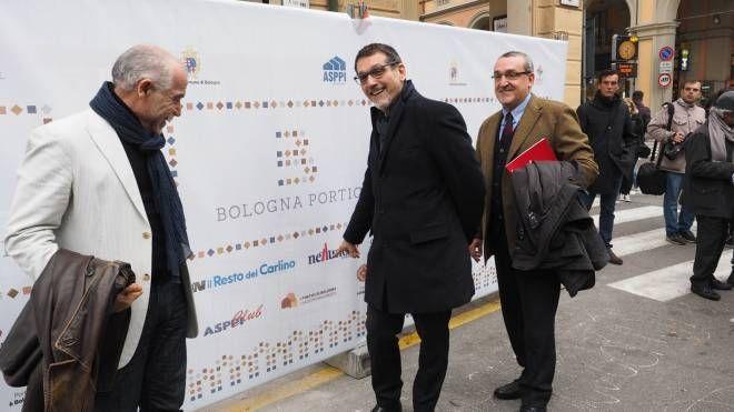 Da sinistra, Enrico Rizzo (Asppi), il sindaco Virginio Merola e il presidente di Anaci davanti al primo cantiere tra via Indipendenza e via Righi
