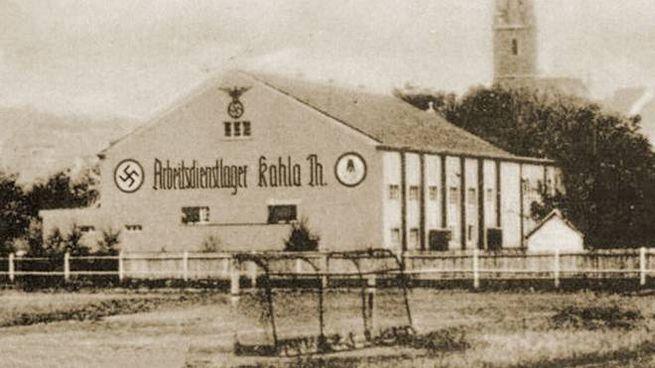 L'edificio esterno della fabbrica: gli aerei venivano costruiti in tunnel sotterranei