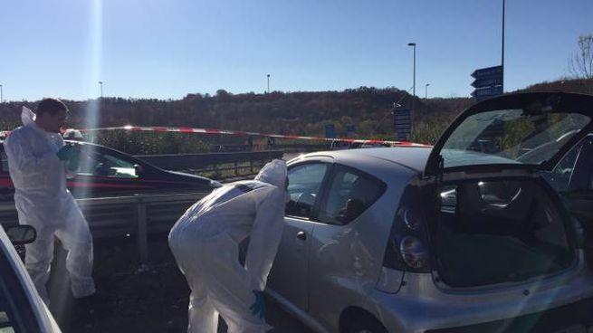 I carabinieri esaminano l'auto dove è stato trovato il cadavere
