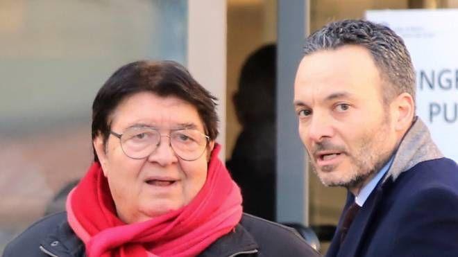 Armando Arcangeli con il suo avvocato Pier Giorgio Tiraferri di fronte all'ingresso  del tribunale di Rimini