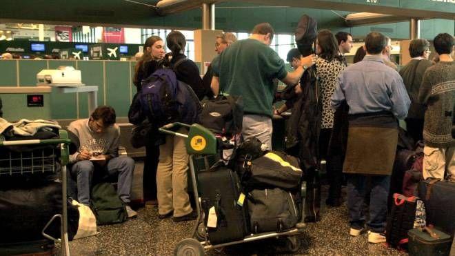 Viaggiatori in partenza da Malpensa (Foto NEWPRESS)