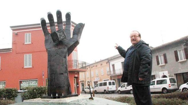Savignano, contestata la scultura del 'dado è tratto' (Foto Ravaglia)