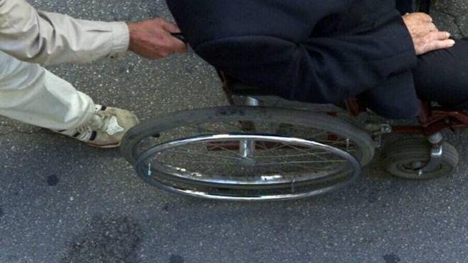 L'uomo avrebbe dovuto essere costretto su una carrozzina, ma è stato sorpreso dai carabinieri