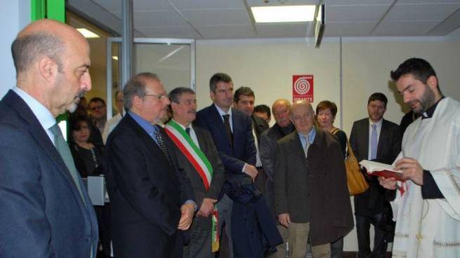 Don Roberto Montecchi inaugura i nuovi locali (foto Vanoni)