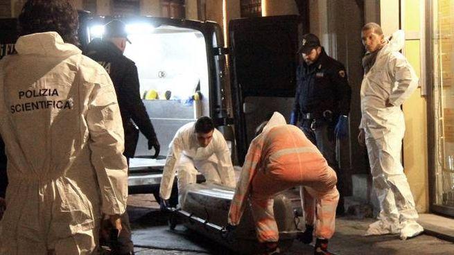 Il corpo di Ashley viene portato via (New Press Photo)
