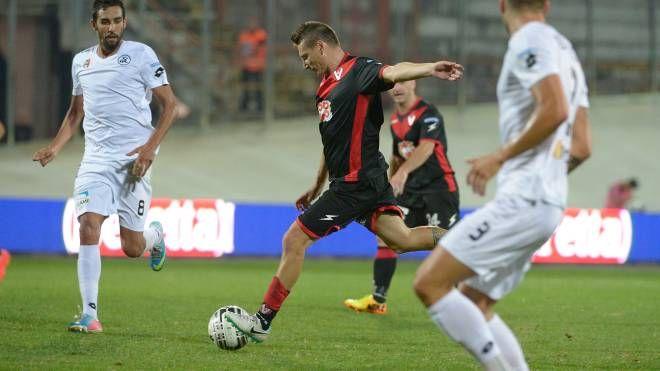 Daniele Corti si prepara il tiro dell'1-0 contro lo Spezia