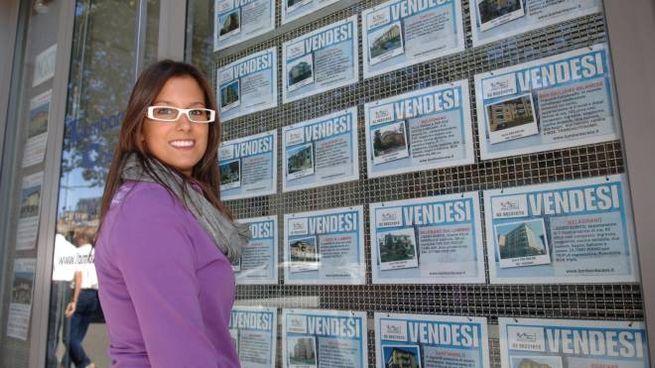 Mercato immobiliare, annunci 'vendesi' (foto di repertorio Newpress)