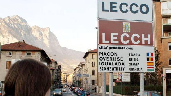 Un cartello bilingue a Lecco