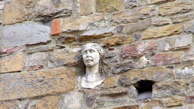 Il busto marmoreo sulla Chiesa di Santa Maria Maggiore in via de' Cerretani