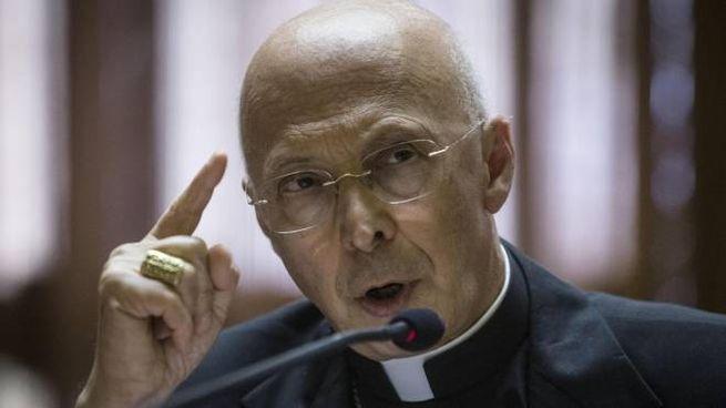 Il presidente della Cei, cardinale Angelo Bagnasco (Ansa)