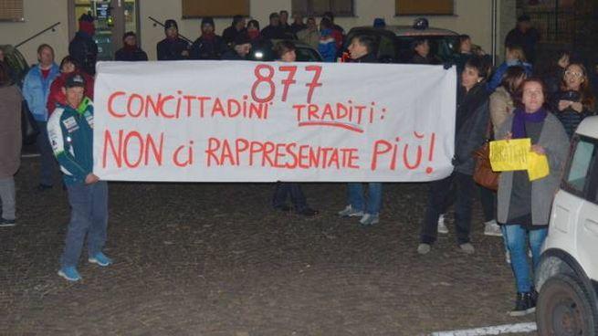 Le proteste a margine del Consiglio comunale di Novate Mezzola