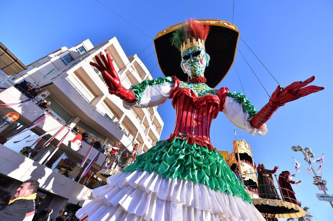 682510b112aa Strani costumi. Il carnevale di Viareggio è ...