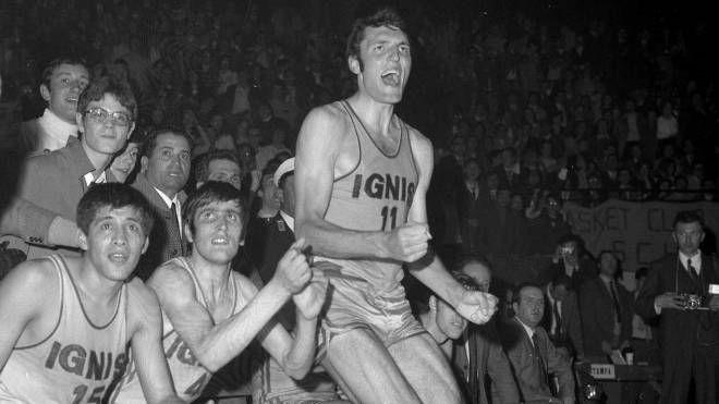 Foto storica della Ignis con Dino Meneghin in primo piano