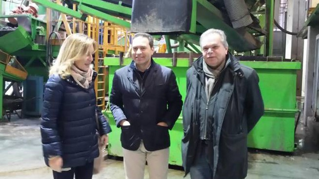 Il sindaco Lorenzini con Ezio Esposito titolare dell'Ecocentro