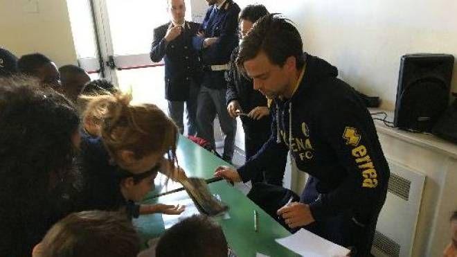 Daniele Galloppa intento a firmare autografi agli alunni della scuola primaria Don Bosco di CavazzonaDaniele Galloppa intento a firmare autografi agli alunni della scuola primaria Don Bosco di Cavazzona