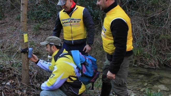I volontari dell'Enduro Motor Valley collocano le fototrappole