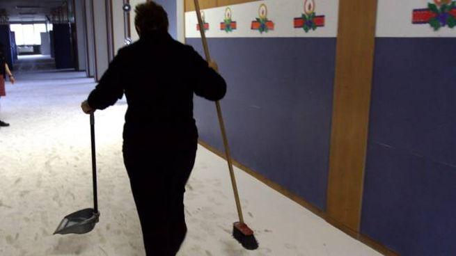 Estintore svuotato nel corridoio di una scuola