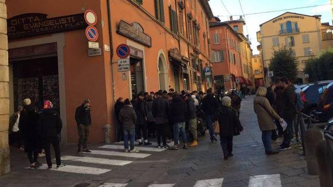 La fila fuori dal negozio Back Door di piazza Galileo 1ca5fbafaba6