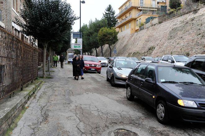 Caos parcheggi a scuola: genitori dei bimbi bersagliati