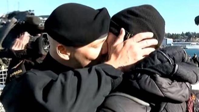Il primo bacio tra marinai canadesi