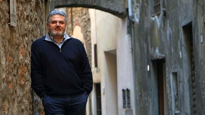 Lo scrittore Antonio Fusco, capo della Squadra Mobile della questura di Pistoia, fotografato da Luca Castellani per le vie del centro storico