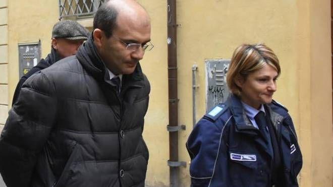 Il sindaco Luca Vecchi nel giorno d'esordio della scorta