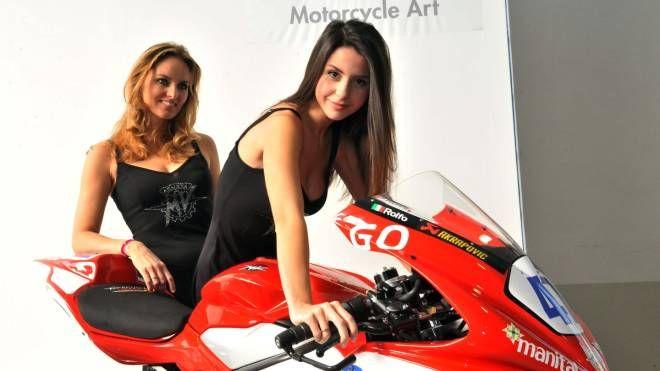 Due modelle in posa con una moto MV Agusta