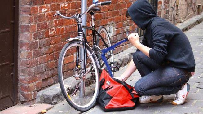 Ladro di biciclette in azione