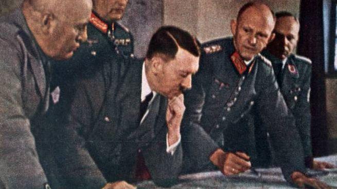 Mussolini e Hitler studiano le mappe