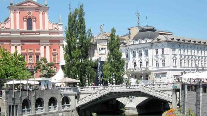 Una veduta del fiume Ljubljanica che attraversa Lubiana