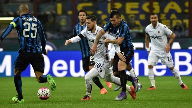 Inter-Bologna, Destro circondato dagli avversari (FotoSchicchi)
