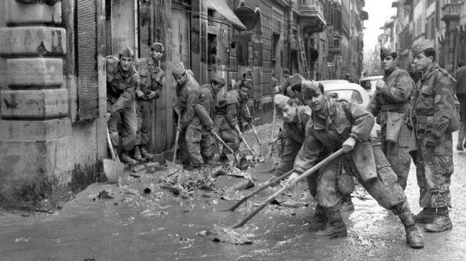 L'alluvione di Firenze: soldati spalano il fango