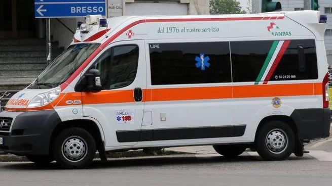 Ambulanza in  azione a Milano (Newpress)