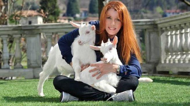 Michela Vittoria Brambilla con due caprette